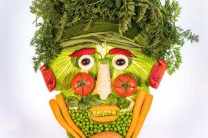 Gemüsegesicht - ein Gesicht bestehend aus verschiedenen Gemüse und Kräutern
