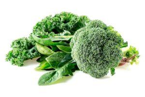 Brokkoli, Grünkohl, Spinat roh nebeneinander gelegt
