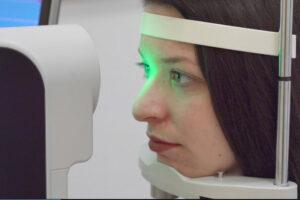 Grünes Licht von Messgerät scheint auf das Auge von Shannay.