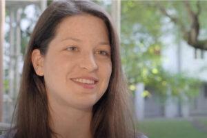 Shannay auf dem Balkon vor grünen Bäumen im Interview.