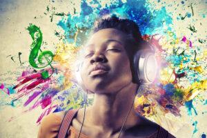 Junge Frau hört Musik mit Kopfhörern, im Hintergrund eine bunte Farbexplosion.