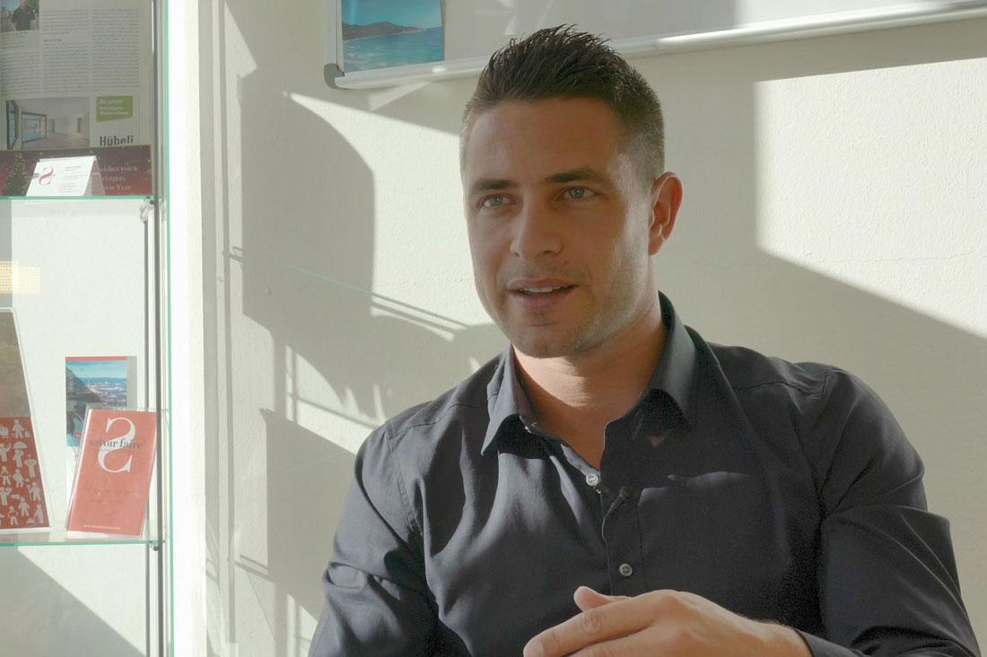 Claude Schmidlin beim Interview über seine Femto-Sekunden Laserbehandlung.