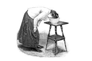 Schwarz-Weiss-Bild einer Frau, die ihr Gesicht in eine Wanne mit Wasser taucht.