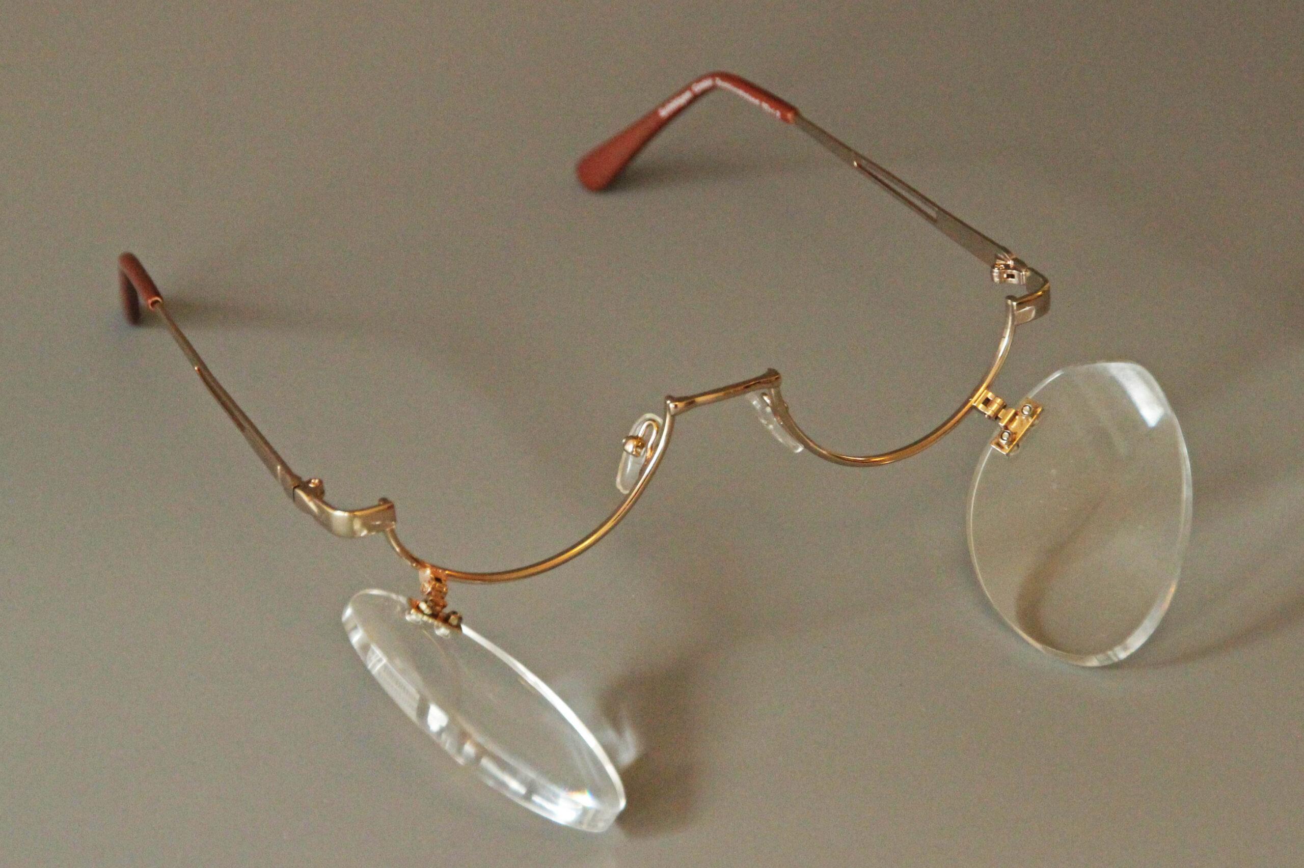Schminkbrille, das heisst ein Brillengestell, das nur unten einen Rahmen hat. Die Gläser lassen sich jeweils nach unten ausklappen.