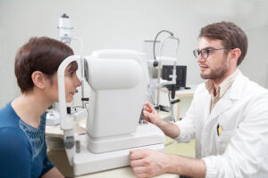 Junge Frau wird von einem Augenarzt untersucht.