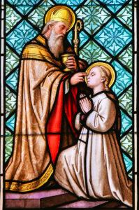 Bild eines gläsernen Kirchenfensters des Heiligen Erhard von Regensburg und der Heiligen Odilia von Elsass.