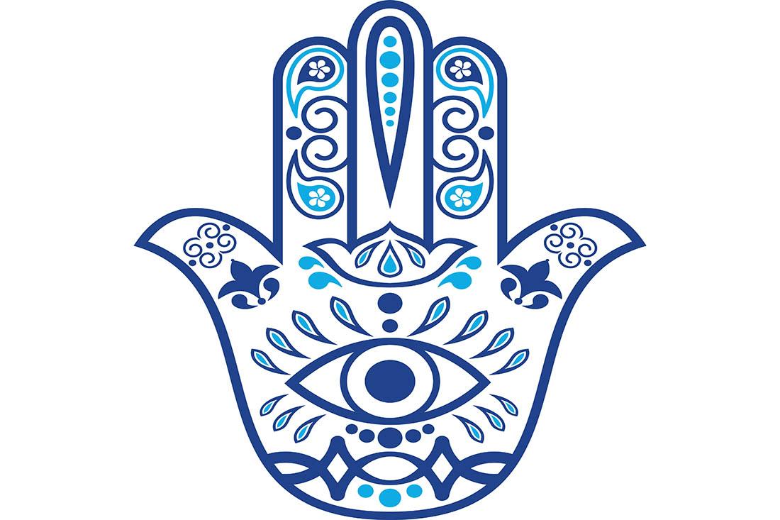 Illustration des Hamsa Amulette. In blau gemalte Hand mit verschiedenene Verzierungen und Symbolen. In der Mitte der Handfläche ist ein Auge eingezeichnet.