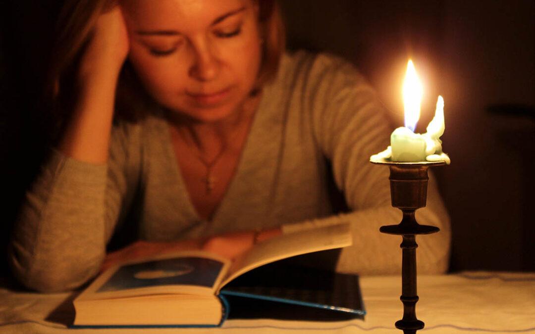 Lesen bei Kerzenlicht – ist das schädlich für unsere Augen?