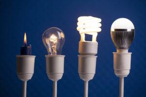 Von links nach rechts: Kerze, Glühbirne, Fluoreszenzlampe und LED-Birne.