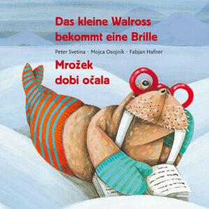 Buchcover von Das kleine Walross bekommt eine Brille. Gezeichnet, ein Walross mit roter Brille auf der Nase, Strümpfen und Handschuhen liegt im Schnee und liest ein Buch.