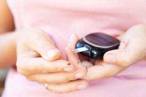 Eine Diabetes-Patientin prüft ihre Blutwerte.