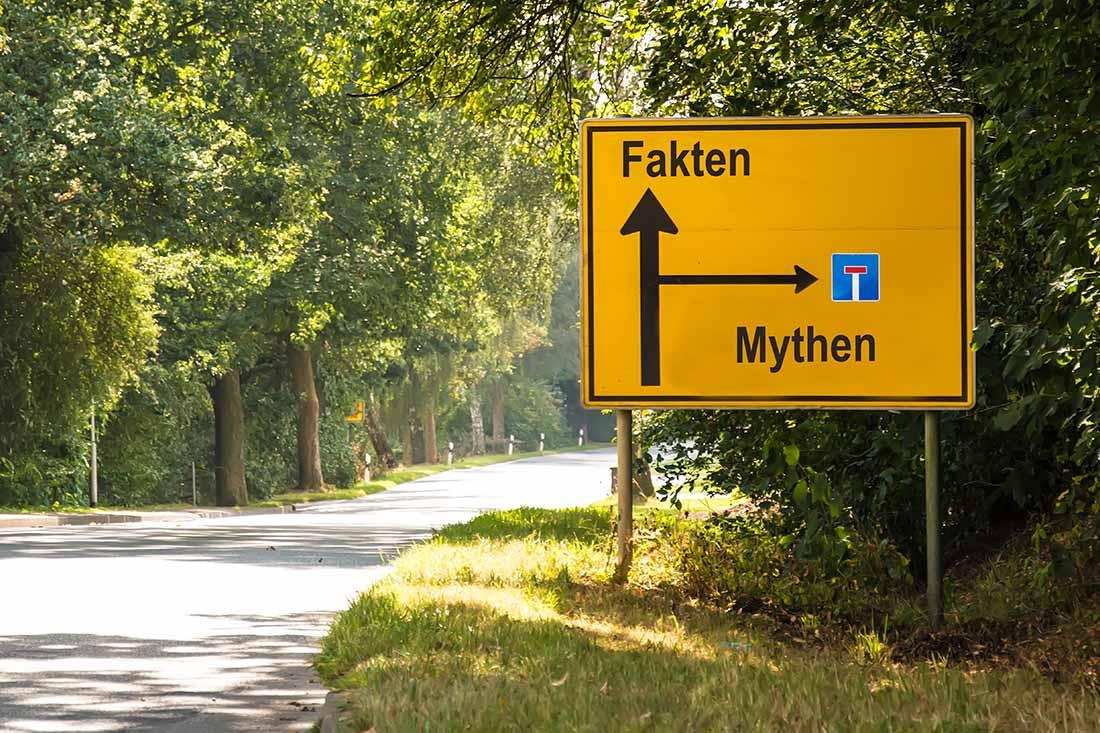 """Ein Strassenschild zeigt die Richtungen zu """"Fakten"""" und """"Mythen"""""""