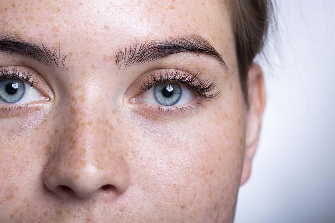 Die blauen Augen einer Frau sind fokussiert.