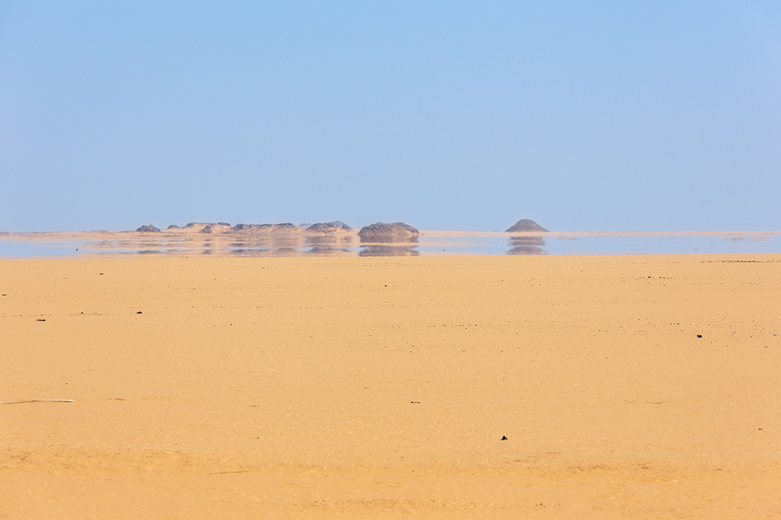 In der Wüste ist am Horizont eine Fata Morgana zu erkennen.