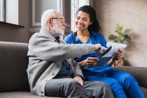 Eine junge Ärztin führt mit einem älteren Mann einige Tests durch.