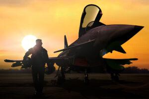 Ein Pilot läuft zu seinem Flieger bei Sonnenaufgang.