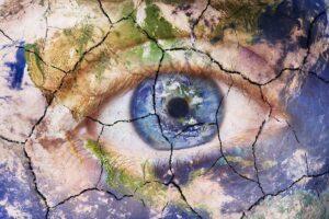 Ein Auge ist von einem zerbröckelnden Bild überlagert.