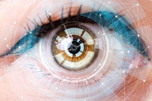 Ein Auge wird mit futuristischen High-Tech Darstellungen gezeigt.