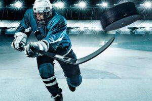 Ein Eishockeyspieler schießt den Puck ab.