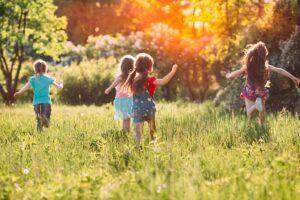 Kinder rennen über die Wiese.