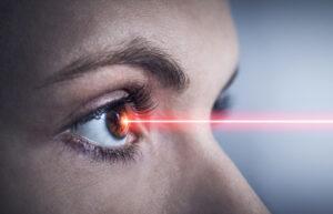 Das Auge einer Frau wird mit einem Laser bearbeitet.