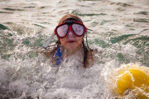 Ein Mädchen mit Taucherbrille im Meer