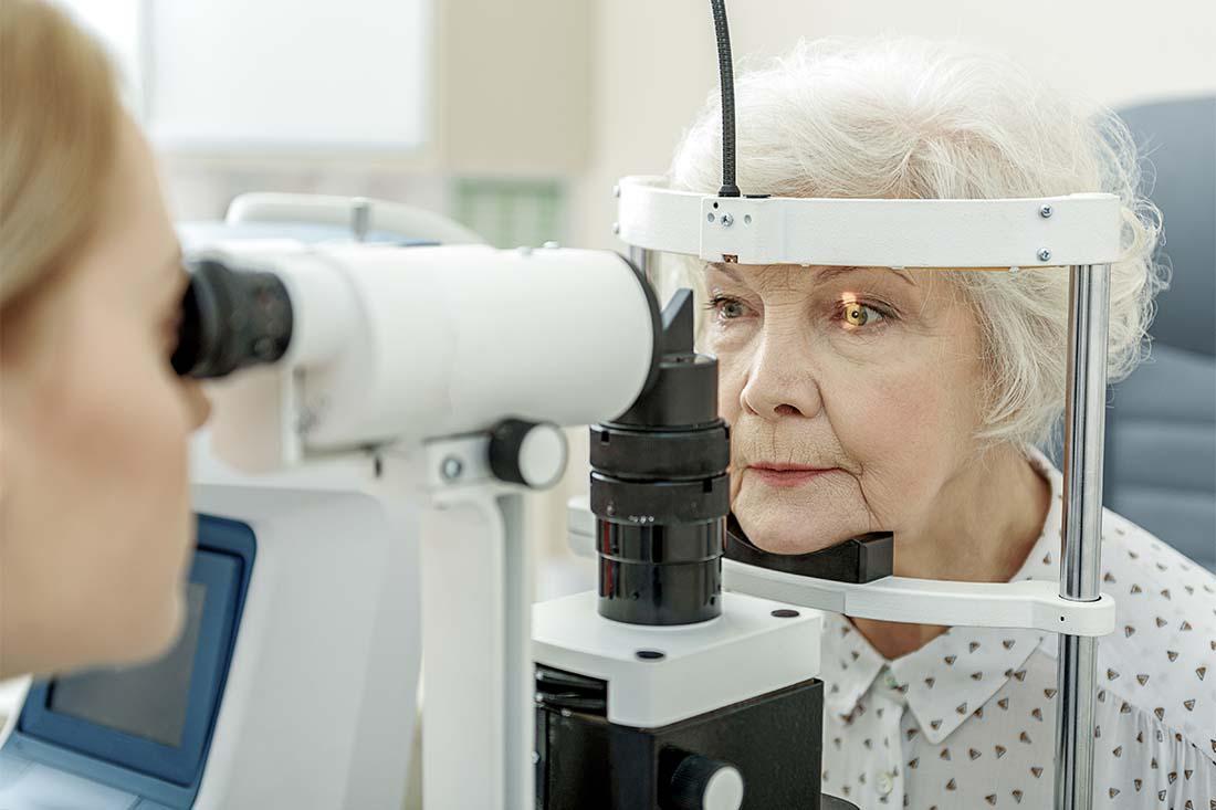 Eine ältere Frau wird bei der Augenärztin untersucht.