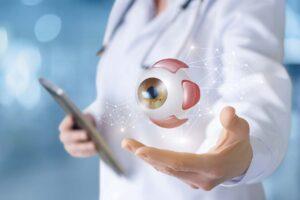 Eine Ärztin präsentiert eine Augenprothese.